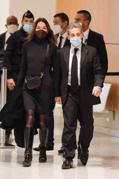 Carla Bruni s'approprie ce style en 2020. Venue soutenir son mari au tribunal, elle est apparue en mini robe pull moulante côtelée noire.