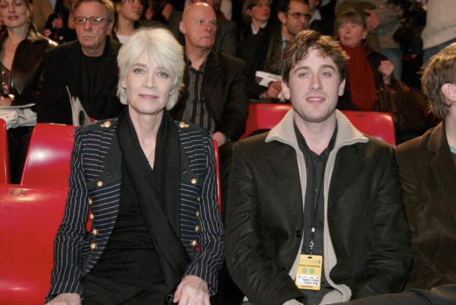 Françoise Hardy et son fils Thomas Dutronc aux Victoires de la Musique : elle opte pour un look sobre : une veste blazer à rayures et un total look noir