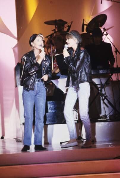 """Françoise Hardy et Sheila en veste en cuir sur le plateau de l'émission """"Champs Elysée"""", le 6 septembre 1989"""