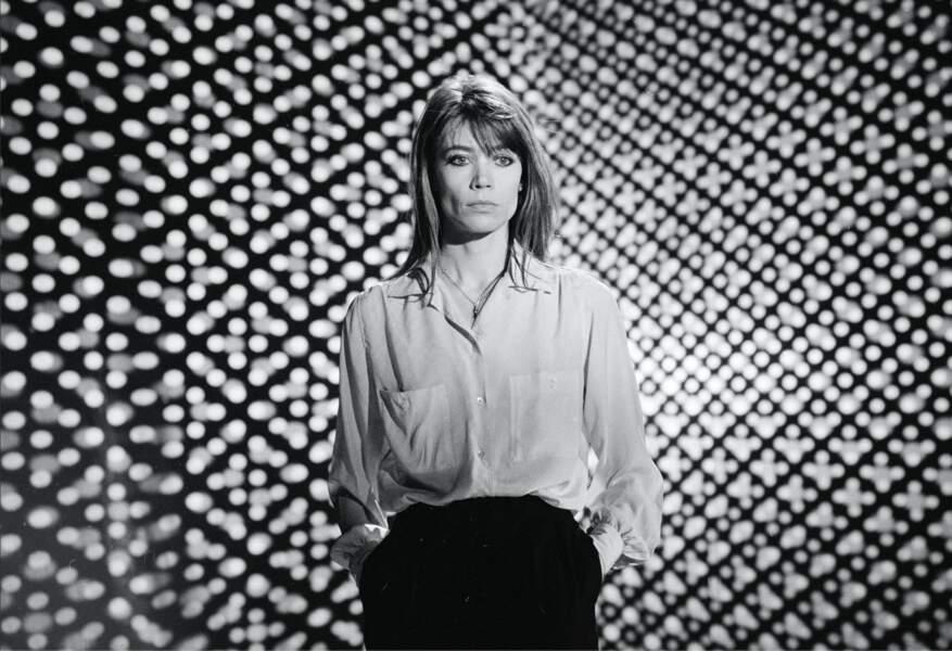 """Françoise Hardy dans l'l'émission """"Numéro Un"""" en 1979 opte pour une chemise blanche fluide et unu pantalon sérré à la taille"""