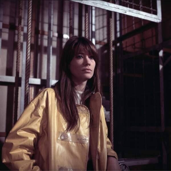 La veste en vinyl jaune de Françoise Hardy en 1966