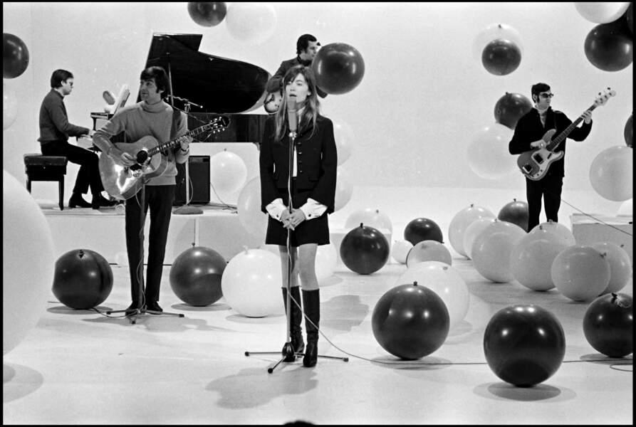 Françoise Hardy adepte de l'ensemble veste - mini jupe et cuissardes, un look adopté par de nombreuses célébrités