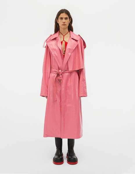 Trench en cuir brillant rose candy avec ses épaulettes et poignets boutonnés, 6900€, Bottega Veneta