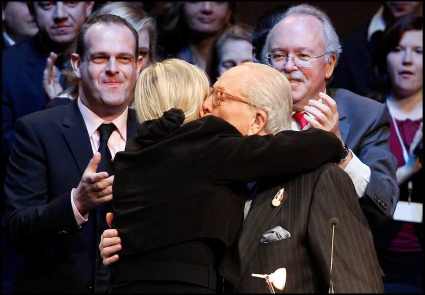 Jean-Marie et Marine Le Pen se sont pris dans les bras