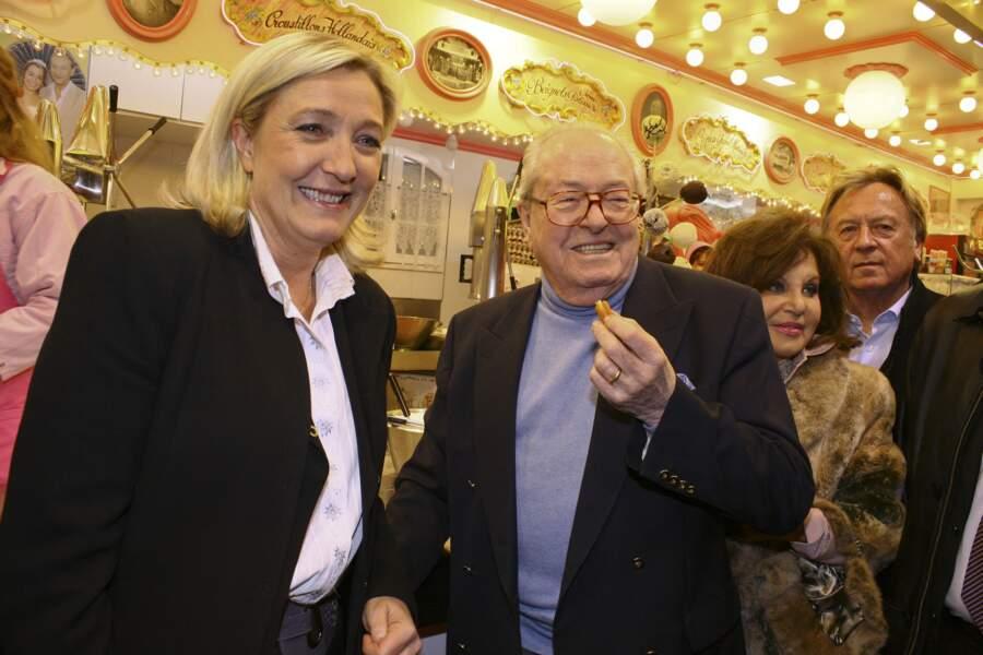 Jean-Marie et Marine Le Pen apparaissent souriants