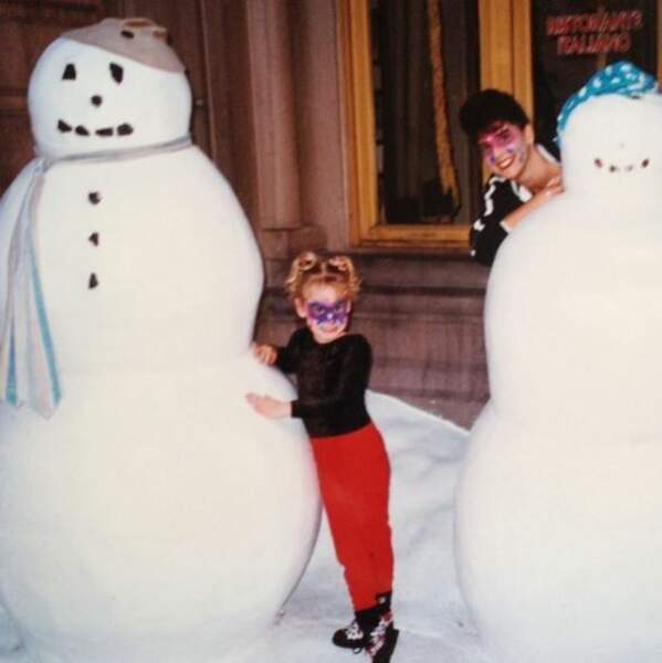 Jazmin Grimaldi, petite, jouant avec un bonhomme de neige