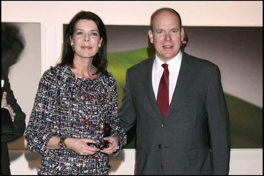 Caroline de Monaco et le prince Albert II apparaissent fréquemment soudés, comme ils ont pu le faire lors de l'exposition photographique Mirrors of the Magic Muse le 4 février 2010