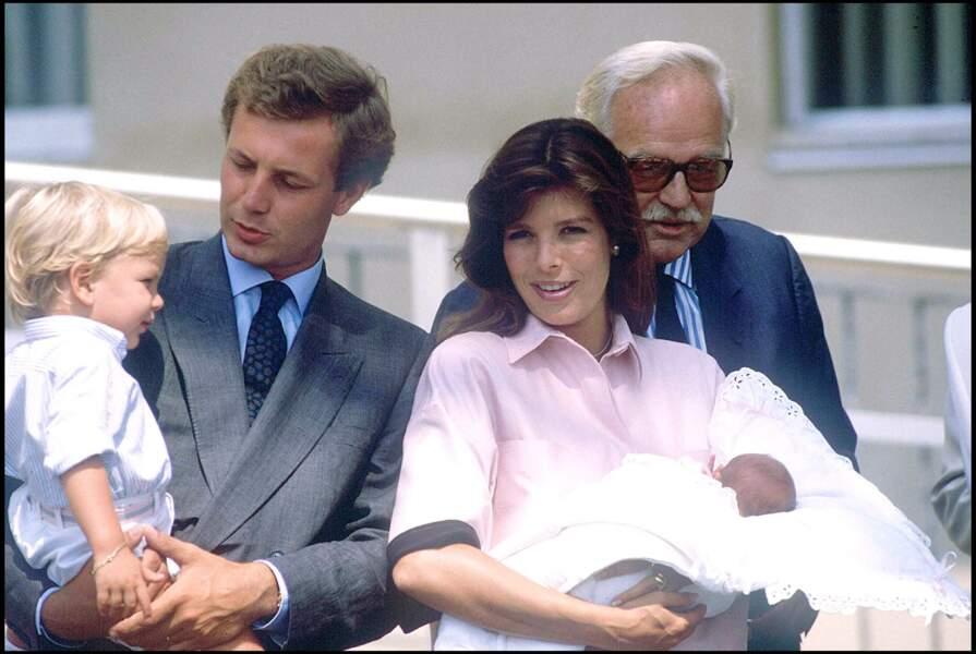 Caroline de Monaco est devenu maman pour la première fois à la suite de la naissance d'Andréa Casiraghi. Il a été suivi de Charlotte Casiraghi (ci-dessus peu de temps après sa naissance, dans les bras de sa mère, en août 1986) et Pierre Casiraghi