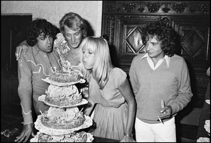 Enrico Macias, Johnny Hallyday, Babette et Michel Sardou célébrant l'anniversaire de Babette