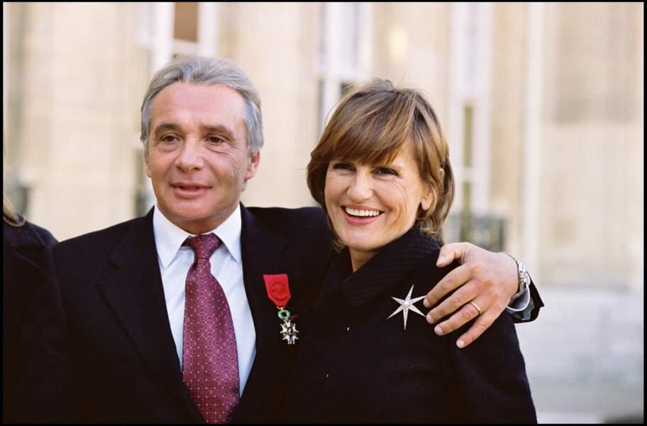 Michel Sardou, accompagné de sa femme Anne-Marie Périer, reçoit la légion d'honneur à l'Élysée en 2011