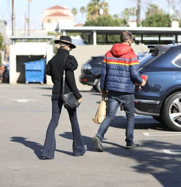 Laeticia Hallyday et Grégory Boudou sur le parking d'un magasin de Los Angeles, le 24 janvier 2021.