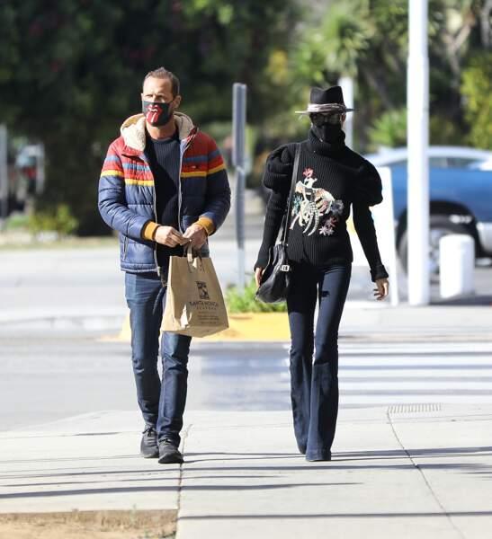 Promenade sous le soleil de L.A, pour Laeticia Hallyday et son frère Grégory Boudou. Le 24 janvier 2021.