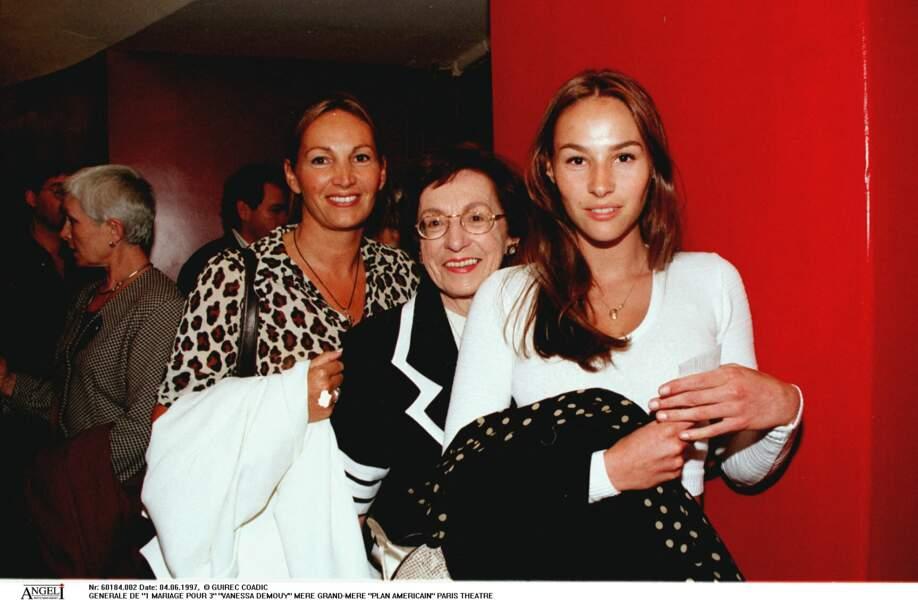 Vanessa Demouy, sa grand-mère et sa mère Catherine Demouy à la générale de la pièce 1 mariage pour 3, à Paris en 1997