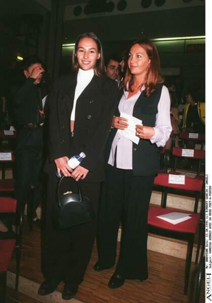 Vanessa Demouy, ci-dessus avec sa mère Catherine Demouy au défilé de mode Christian Dior en 1996