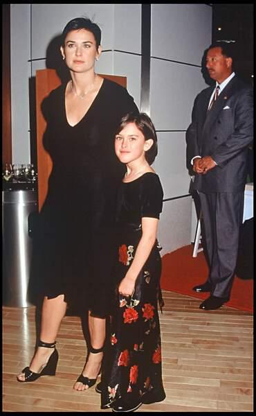 Quelques mois plus tard, en 1997, c'est avec une coupe courte qu'elle pose au côté de sa fille, Rumer Willis, à Los Angeles.
