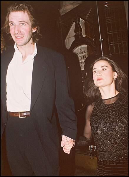 Avec Ralph Fienne, à l'avant-première du film Hamlet, en 1996, Demi Moore est toujours aussi belle.