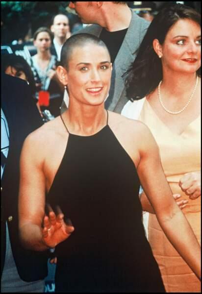 En 1997, Demi Moore apparaît dans le film de Ridley Scott, A armes égales, pour lequel elle se rase les cheveux.