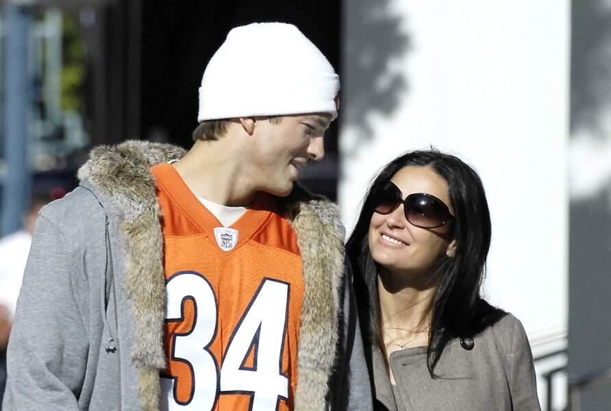 Eternelle jeune, Demi Moore surprend tout le monde en se mettant en couple avec Ashton Kutcher, de 16 ans son cadet. Ils sont ici ensemble à Los Angeles en 2007. Ils divorceront en 2012.