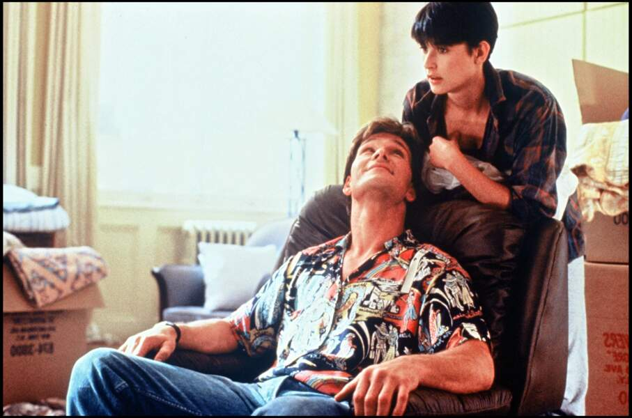 Sur le tournage de Ghost, à la fin des années 1980, avec son partenaire Patrick Swayze, Demi Moore apparaît complice.