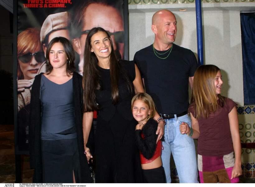 Bien que divorcée de Bruce Willis, Demi Moore apparaît resplendissante avec son ex-mari et ses trois filles, sur le tapis rouge, en 2001.
