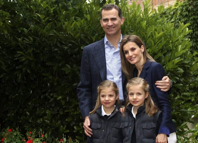 Le prince Felipe, la princesse Letizia et leurs filles les princesses Leonor et Sofia d'Espagne posent à Madrid, le 22 mai 2014 le jour du 10ème anniversaire de mariage du couple princier