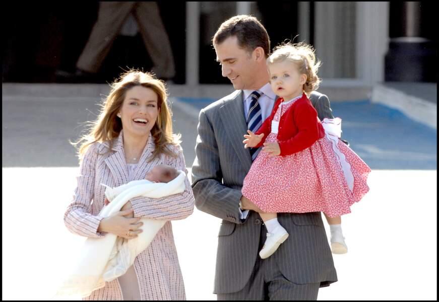 Letizia et Felipe d'Espagne quittent l'hôpital Ruber à Madrid, accompagnés de leurs filles, Leonor et Sofia