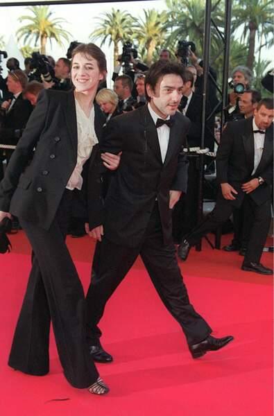Charlotte Gainsbourg et Yvan Attal montent les marches de Cannes lors du 54e Festival en 2001