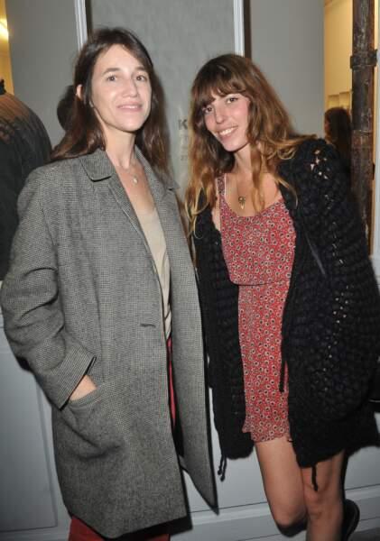 Charlotte Gainsbourg et sa soeur Lou Doillon au vernissage de l'exposition Point of View de Kate Barry en septembre 2013