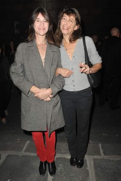 Charlotte Gainsbourg et sa soeur Kate Barry en septembre 2013 pour l'exposition de cette dernière, Point of View