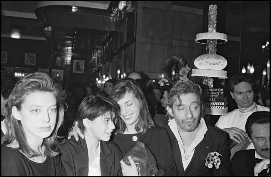 Jane Birkin, Serge Gainsbourg, Kate Barry et Charlotte Gainsbourg en 1986.