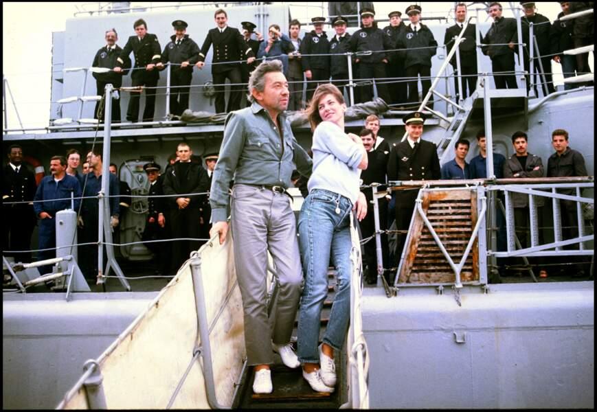 Jane Birkin et Serge Gainsbourg sur le pont d'un bateau de la Marine en 1984.