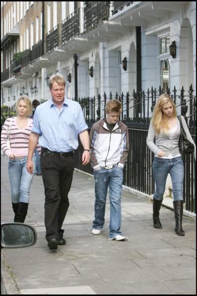 Le comte Spencer et ses enfants Lady Eliza, Lady Amelia et Louis Spencer dans les rues de Londres le 24 septembre 2009
