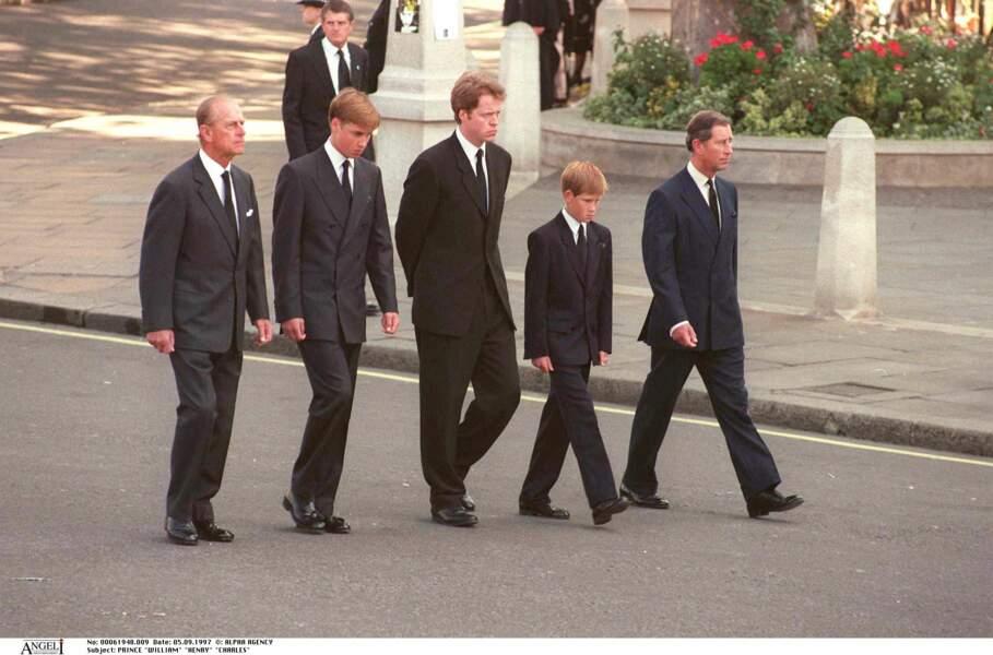 Le prince Philip, le prince William, le comte Charles Spencer, le prince Harry et le prince Charles aux funérailles de Lady Diana le 5 septembre 1997