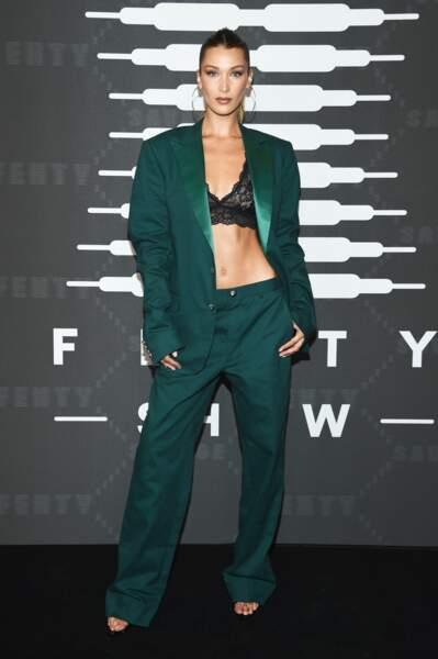 Bella Hadid au défilé Savage X Fenty Show chic et sexy en costume accessoirisé d'un simple soutien-gorge noir en dentelle et d'une paire de créoles