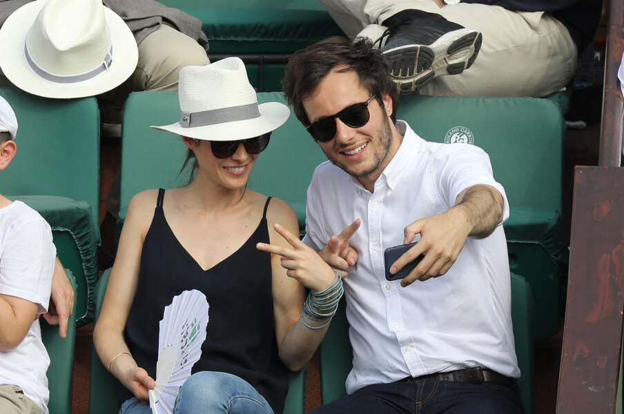 Vianney et Catherine Robert dans les tribunes des Internationaux de France de Tennis de Roland Garros à Paris, le 10 juin 2018.