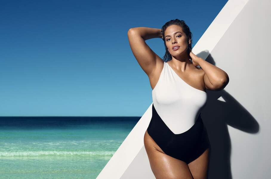 Symbole de bodypositive, Ashley Graham prête désormais son image aux autobronzants de la marque anglaise St-Tropez