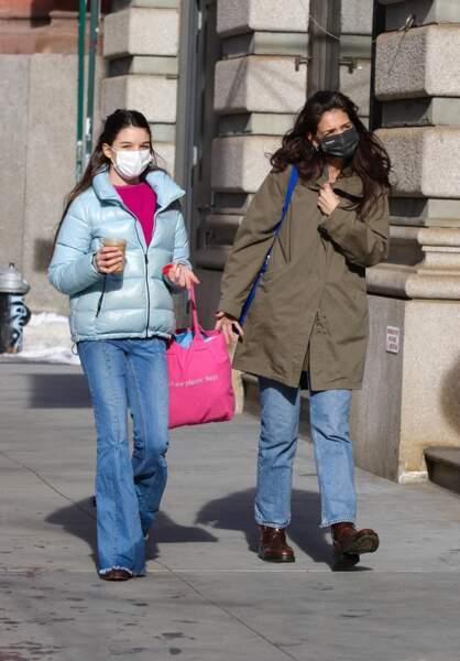 Katie Holmes et sa fille Suri Cruise s'offrent un moment mère-fille dans le quartier de Soho à Manhattan, New-York, le 5 février 2021