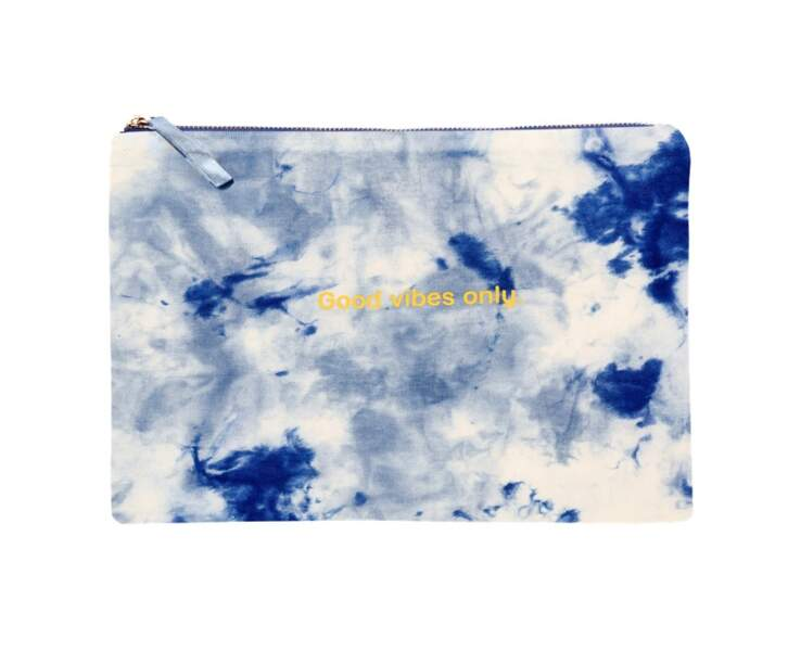 Pochette en coton imprimé tie and dye bleu, 20€, Galeries Lafayette label Go for Good