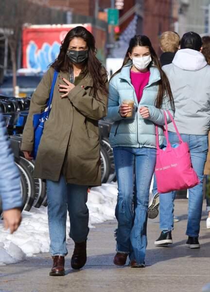 Katie Holmes et son ado Suri Cruise font du shopping dans le quartier de Soho à Manhattan, New-York, le 5 février 2021