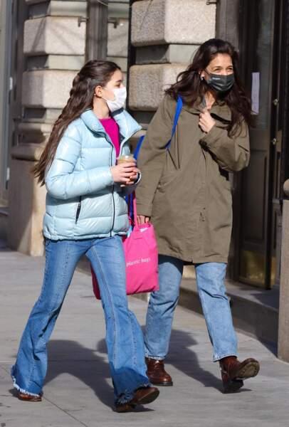 Katie Holmes et sa fille Suri Cruise font du shopping dans le quartier de Soho à Manhattan, New-York, le 5 février 2021