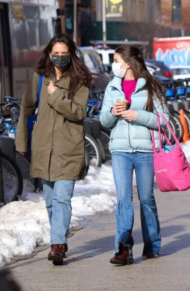 Katie Holmes et sa fille Suri Cruise font du shopping dans le quartier de Soho à Manhattan, New-York, le 5 février 2021. Mère et fille se ressemblent beaucoup.