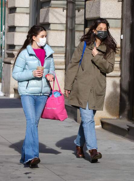 Suri Cruise finirait presque par dépasser sa mère Katie Holmes, alors qu'elles font du shopping dans le quartier de Soho à Manhattan, New-York, le 5 février 2021