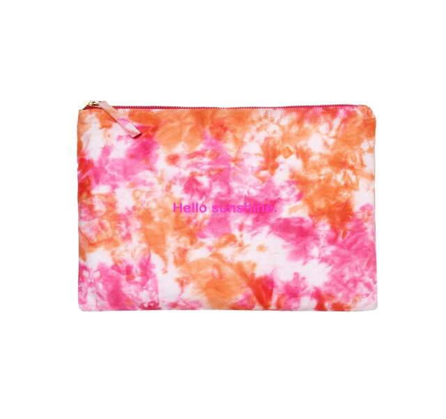 Pochette en coton imprimé tie and dye rose, 20€, Galeries Lafayette  label Go for Good