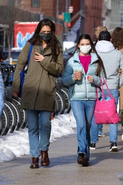 Telle mère telle fille. Suri Cruise est aussi lookée que sa mère Katie Holmes alors qu'elles font du shopping dans le quartier de Soho à Manhattan, New-York, le 5 février 2021