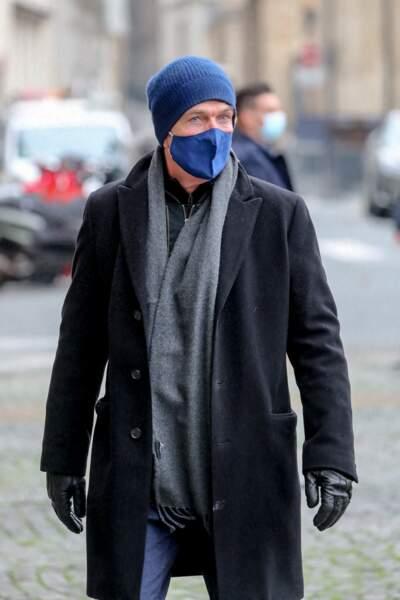 Vêtu d'un masque assorti à son bonnet bleu roi, l'acteur Philippe Caroit a été aperçu devant l'église Saint-Sulpice, pour assister à la messe en hommage à Robert Hossein.