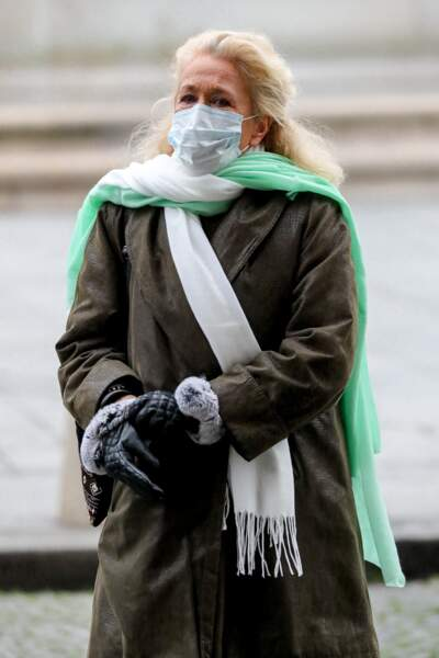 La comédienne Brigitte Fossey est apparue masquée, devant l'église Saint-Sulpice, pour adresser un ultime adieu à Robert Hossein.