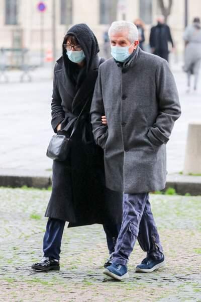 Claude Lelouch et sa compagne Valérie Perrin ont été aperçus aux abords de l'église Saint-Sulpice, à Paris, pour rendre hommage à Robert Hossein.