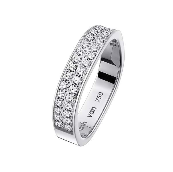 Alliance carrée en or blanc et diamants, 3 500 €, Dinh Van.