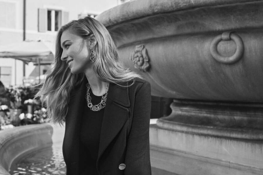 En juin 2020, Beatrice Borromeo jouait déjà les mannequins pour les pièces de haute joaillerie de la maison Buccellati, dont sa mère la comtesse Donna Paola Marzotto était une fidèle cliente.