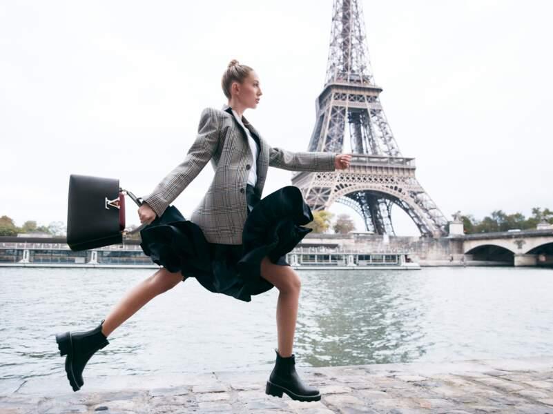 Pour incarner le chic à la française des sacs Capucines de Louis Vuitton, Maria-Olympia de Grèce, stagiaire chez Dior durant son adolescence, s'est laissée mettre en scène à Paris, à l'ombre de la Tour Eiffel.